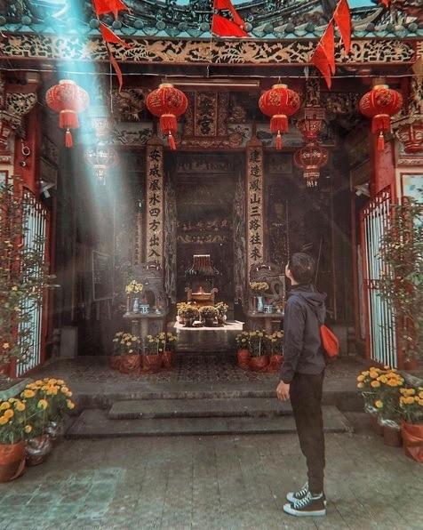 Khách du lịch chụp hình ở Kiến An Cung Sa Đéc