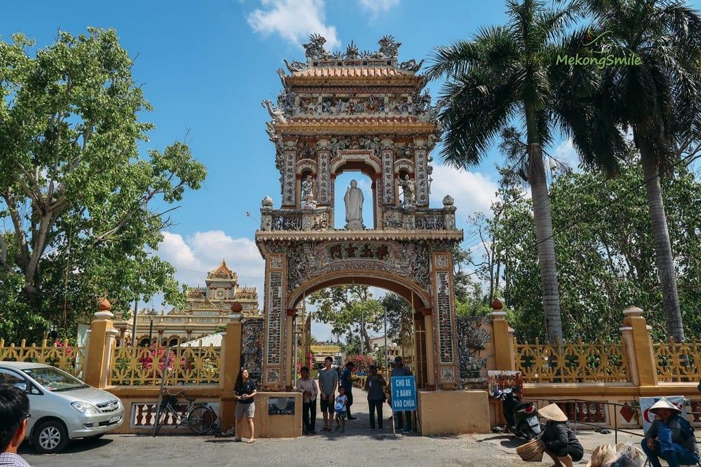 Cổng vào chùa Vĩnh Tràng Tiền Giang