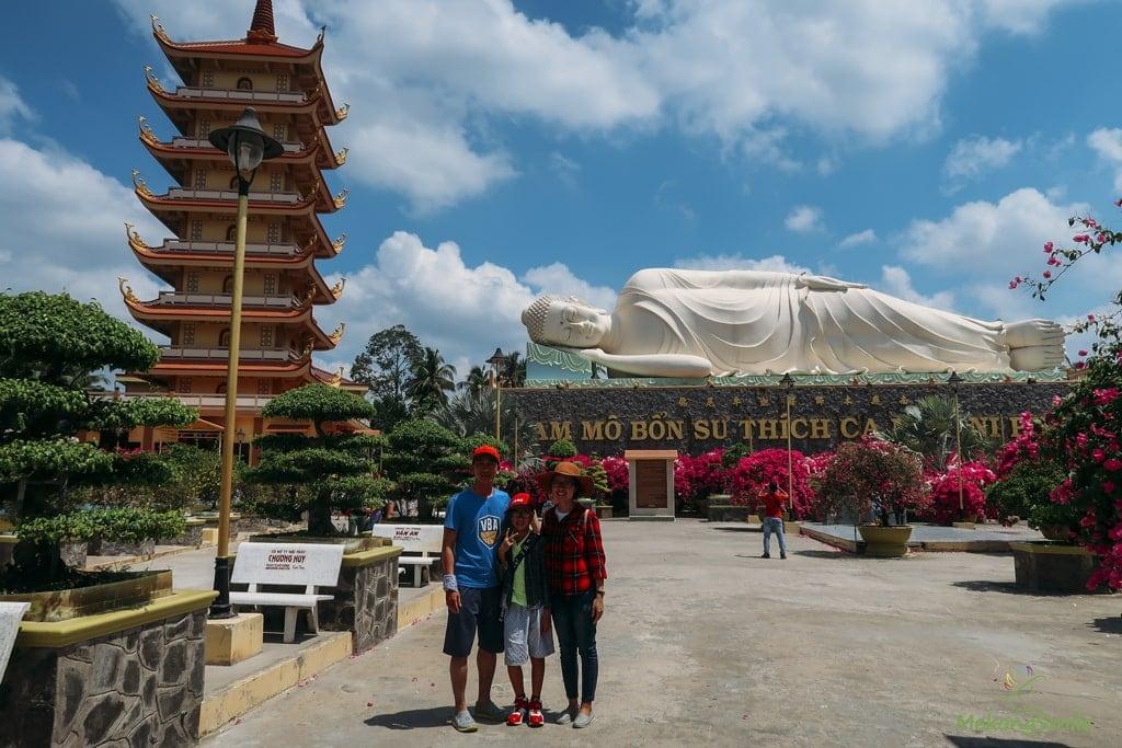 Khách du lịch check in chùa Vĩnh Tràng