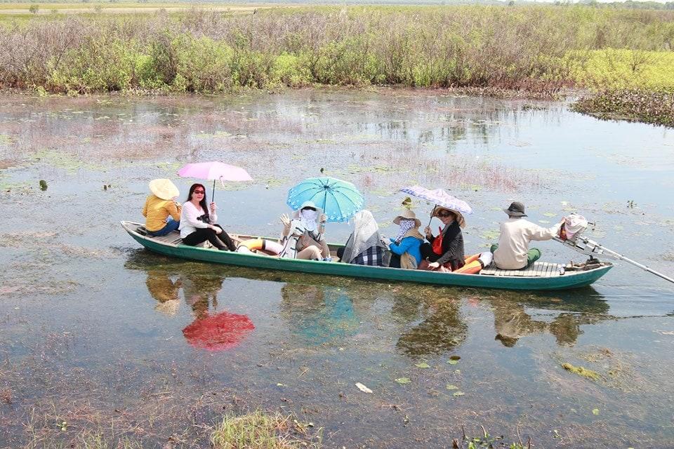 Ngồi tắc ráng tham quan rừng ngập nước ở Vườn quốc gia Tràm Chim