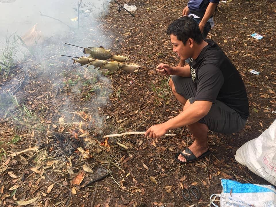 Nướng cá ở Tràm Chim Tam Nông